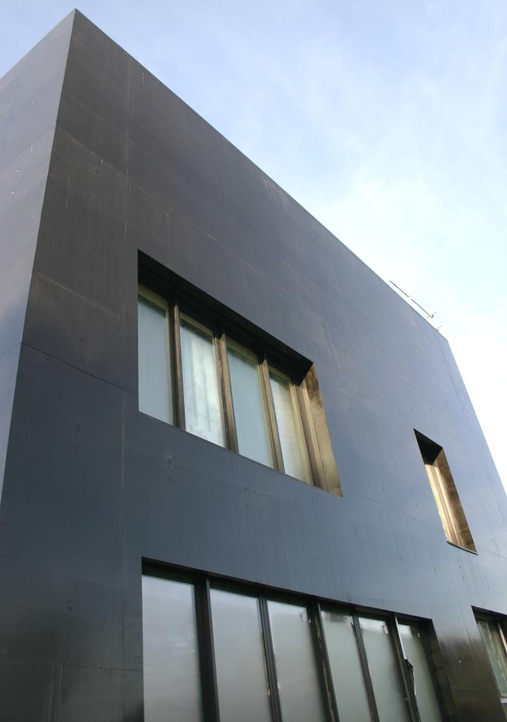 B ton noir et bois pour l ecl de chaville bton design for Beton teinte dans la masse pour exterieur